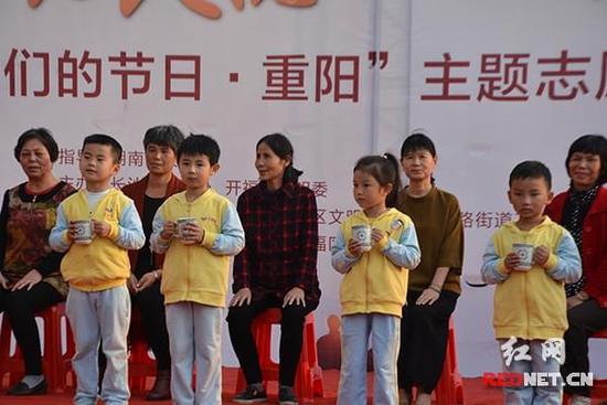 学员以及红黄蓝幼儿园的小朋友通过节目表演送上自己的爷爷奶奶的心意