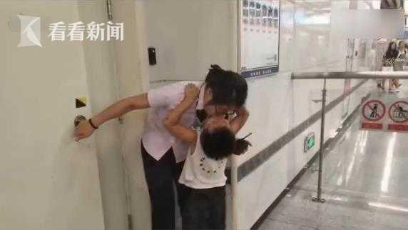 3岁娃顶烈日看望工作的妈妈:不打扰你 亲亲我就走