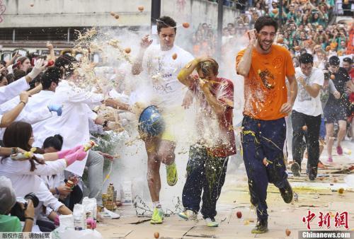 2013年10月17日,西班牙格拉纳达大学医学院举行年度传统庆祝活动,大一新生被老生喷上不同类型的调味料、液体、面粉和鸡蛋等。
