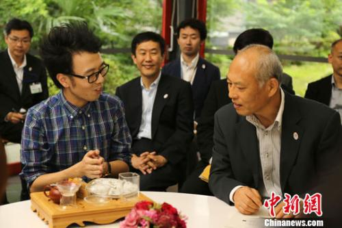 资料图片:2014年6月,时任日本东京都知事舛添要一与来自中国的留学生代表进行了座谈。中新社发 高越 摄