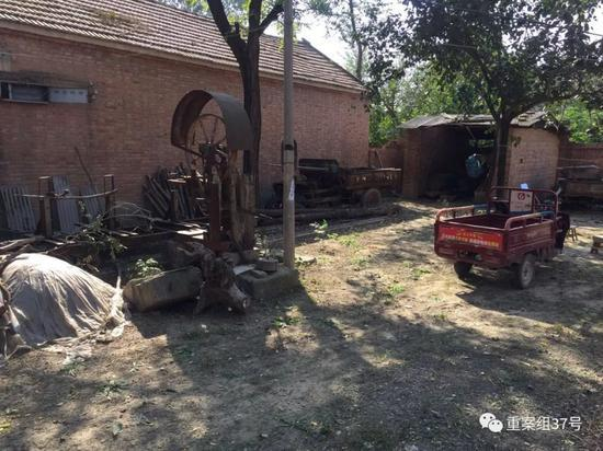 ▲ 10月9日,吴春红家院内生锈的带锯。新京报记者赵凯迪摄