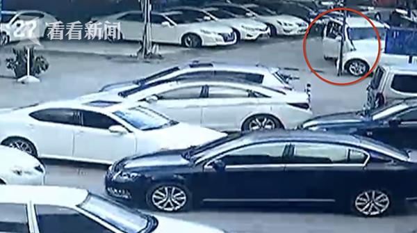 新手司机试驾连撞捷豹宝马等8辆车 路人惊叹:大单!