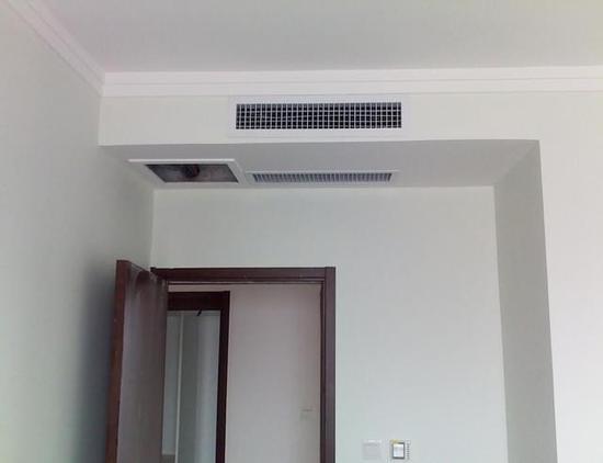 三星天花板嵌入式(单向气流)室内机打破传统 外型美观时尚 众所周知,家用中央空调采用嵌入式安装,集成吊顶之后只留下出风口格栅,虽然达到了很好的隐藏效果,但是,看上去其实并不美观。难道所有的家用中央空调都讲求以藏为美?答案是否定的,三星天花板嵌入式(单向气流)室内机,创新采用水晶质感的波纹回风面板,配合隐藏式接收窗设计,一举打破传统家用中央空调以藏为美的固有形象,虽也是嵌入式安装,但看上去极为美观时尚,百搭各种装修风格,完美融入家居环境,让现代工业设计之美随处可见! 误区二:中央空调无法净化空气?