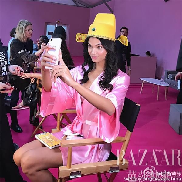 维密超模持国产手机自拍:粉色睡衣诱惑的照片 - 5