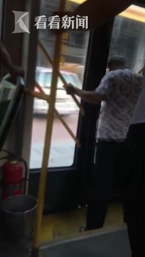 老人用头撞门要求公交中途停车:不让下车死给你看