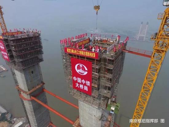 世界首座高速铁路悬索桥北主塔封顶 堪比70层楼高