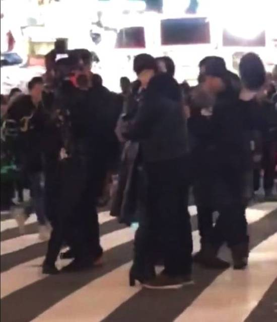 幸运快艇官方开奖记录:范冰冰黄轩拍戏街头热吻_网友喊话李晨