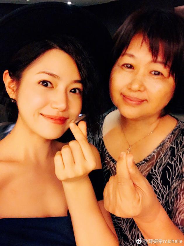 陈妍希与妈妈合照比心