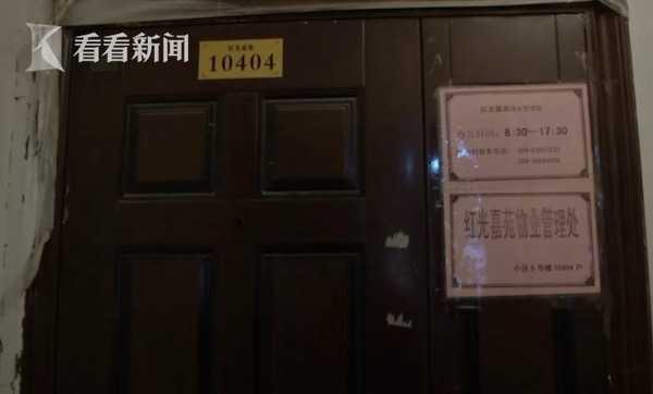 居民楼电梯内传来阵阵恶臭 保安在里面小便被抓现行