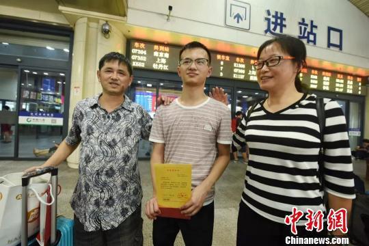 图为:石炜刚与父母分别。杭州市残联供图