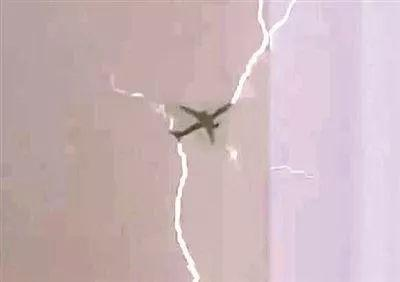 ▲客机机翼后缘的放电刷