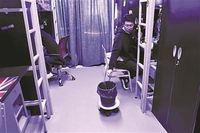 95后学生改造宿舍变太空舱:遥控垃圾桶 投影键盘