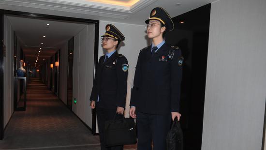 现场!北京卫生监督部门进五星级酒店对水杯口取样