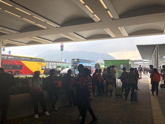 港珠澳大桥通车首日:大桥游火热 乘客欢呼鼓掌