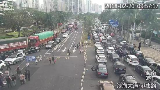 上万辆车因大雾滞留海口 游客表示堵了一个假期