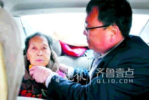 暖闻|曹县男教师带八旬病母上课,育人尽孝两不误!