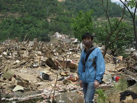 张源在北川入口的一片废墟。受访者供图