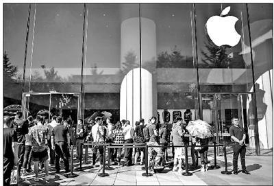 """两款新iPhone发售 黄牛吐槽新iPhone""""卖不动"""""""