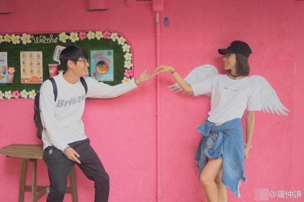 罗仲谦粉色墙前牵手杨怡 对视甜笑超恩爱