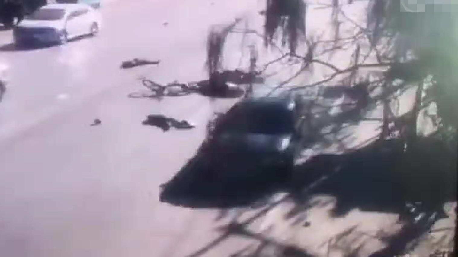 辽宁一轿车未减速撞飞多名小学生 多人受伤被送医