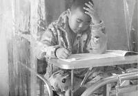 9岁男孩患癌 一人在隔离罩里完成期末考试得95分