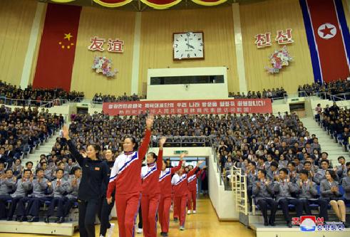 中朝女篮在平壤举行混合赛 姚明亮相赛场合影留念