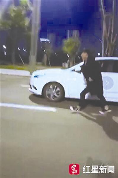 男子駕車途中跳車跟隨步行 拍視頻傳上網被罰100元