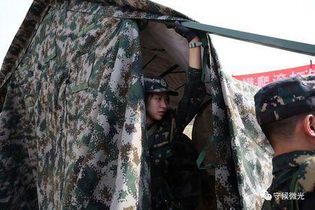 北京延庆康庄某军事训练基地,营员们在搭设帐篷。