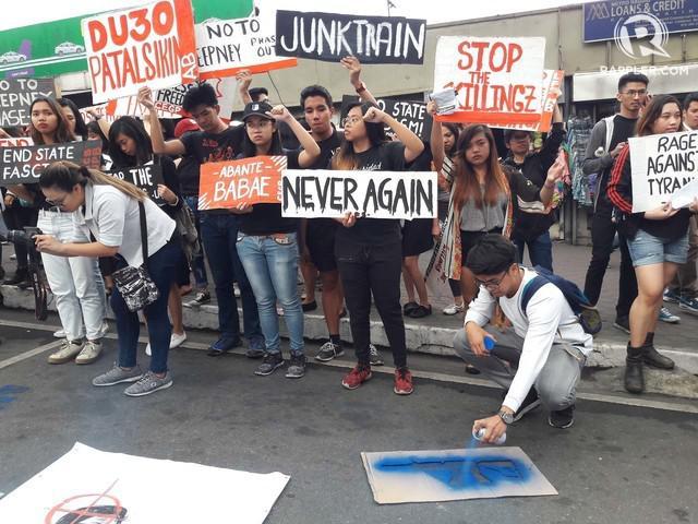 菲律宾数千青年上街游行 抗议杜特尔特高压政策