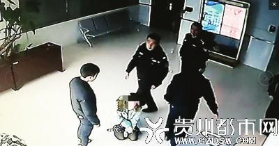 大学女教师频遭15岁儿子殴打 在派出所里跪求儿子