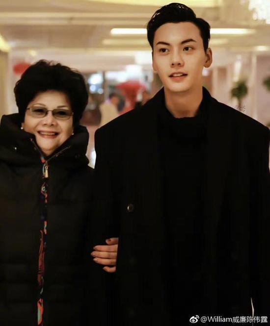 陈伟霆晒50年前父母合照 网友:高颜值的一家人