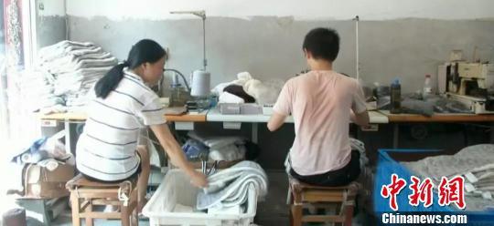 图为:石炜刚利用空闲帮母亲干活。杭州市残联供图