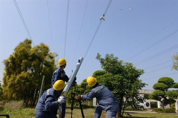 """中国电网的""""激光炮"""":清理高压电线飘挂物的照片 - 5"""