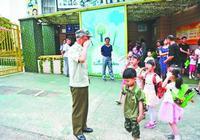 老人36年来幼儿园门口给每个孩子敬礼 孩子回礼