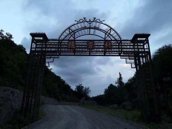 陈营村村口,全村13个组散布在两座无名大山间的山沟里,绵延出22平方公里。新京报记者段睿超 摄