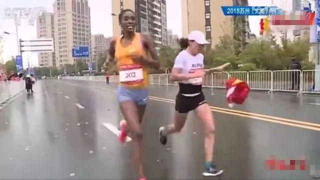 馬拉松被遞國旗選手:接旗打亂節奏 建議過終點再遞