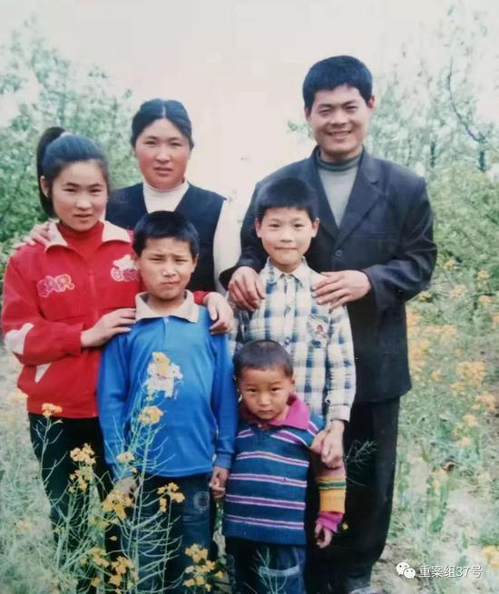 ▲吴春红的家人合影,摄于2003年左右。家属供图