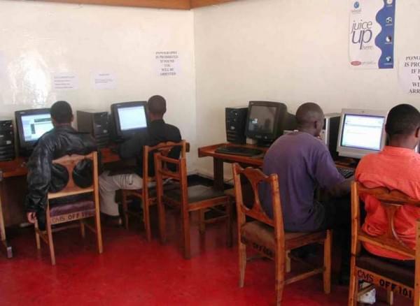 揭秘非洲网吧:1小时2美元 开网页需五六分钟的照片 - 3