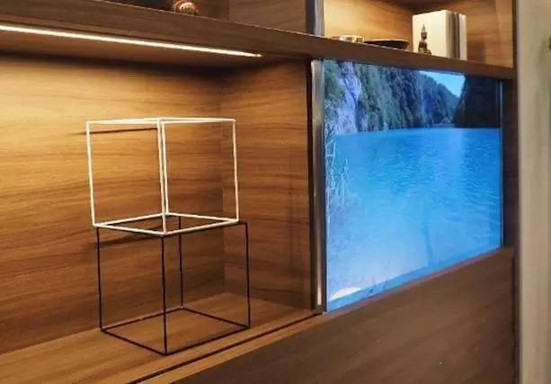 镶嵌在玻璃柜上的电视?这款透明电视还有这操作
