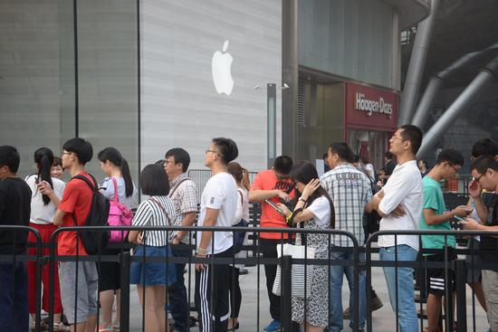 Though the launch of the iPhone 7 last September drew crowds in China��such as this one waiting outside an Apple store in Jinan��Apple has only about 7% of the country��s smartphone market, less than half its share three years ago.