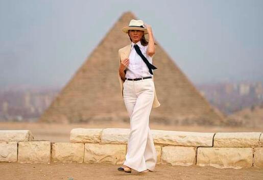 梅拉尼婭金字塔旁上演超模秀 自曝曾阻止丈夫發推