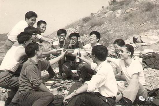 77级经济系同学当时在密云水库春游。受访者供图