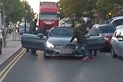 英国黑帮份子光天化日拦车打人 威胁路人不准报警