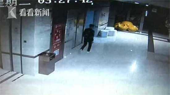 窃贼偷保险柜撬不开 被抓都不知道里面有啥