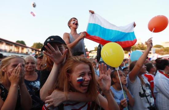 俄罗斯以命相搏 身体情感都被掏空 因球迷看点球大战航班晚起飞