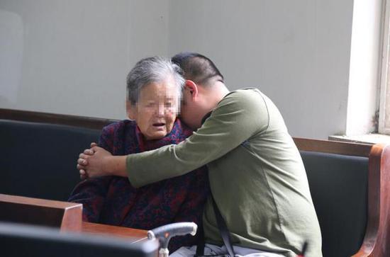 九旬老太起诉五子女 儿子不满财产分配拒绝探望