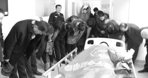 张广安去世后,在场的人向他的遗体深深鞠躬