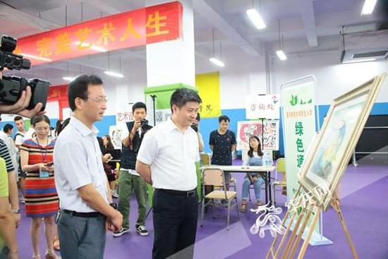 """重庆一高校""""花样""""迎新创意多 新生及家长点赞:有特色 很温情"""