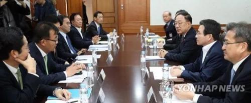 ▲12月13日,韩国政府有关部门紧急开会讨论虚拟货币问题。(图片来源:韩联社)
