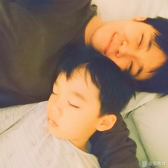 吴青峰搂好友儿子睡觉超亲昵 网友:爸爸力十足!